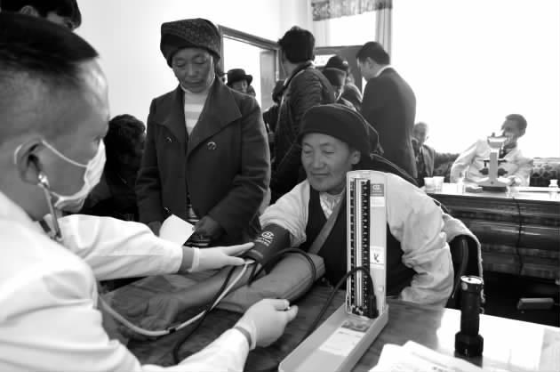 博大深入拉龙村开展送医药活动